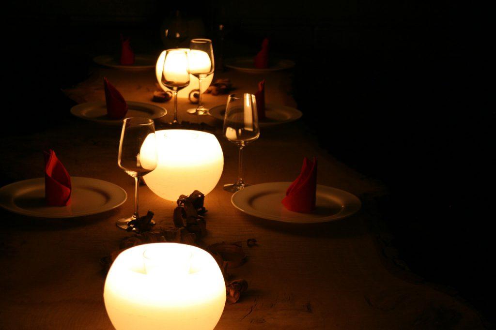 Gedeckter Tisch im Kerzenschein
