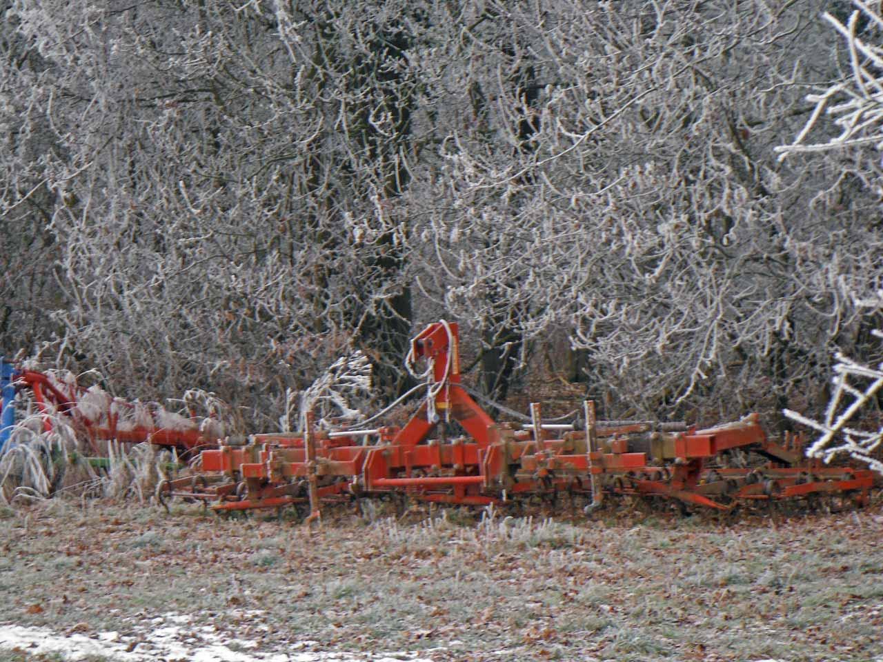 Ackergerät am Waldrand bei Frost