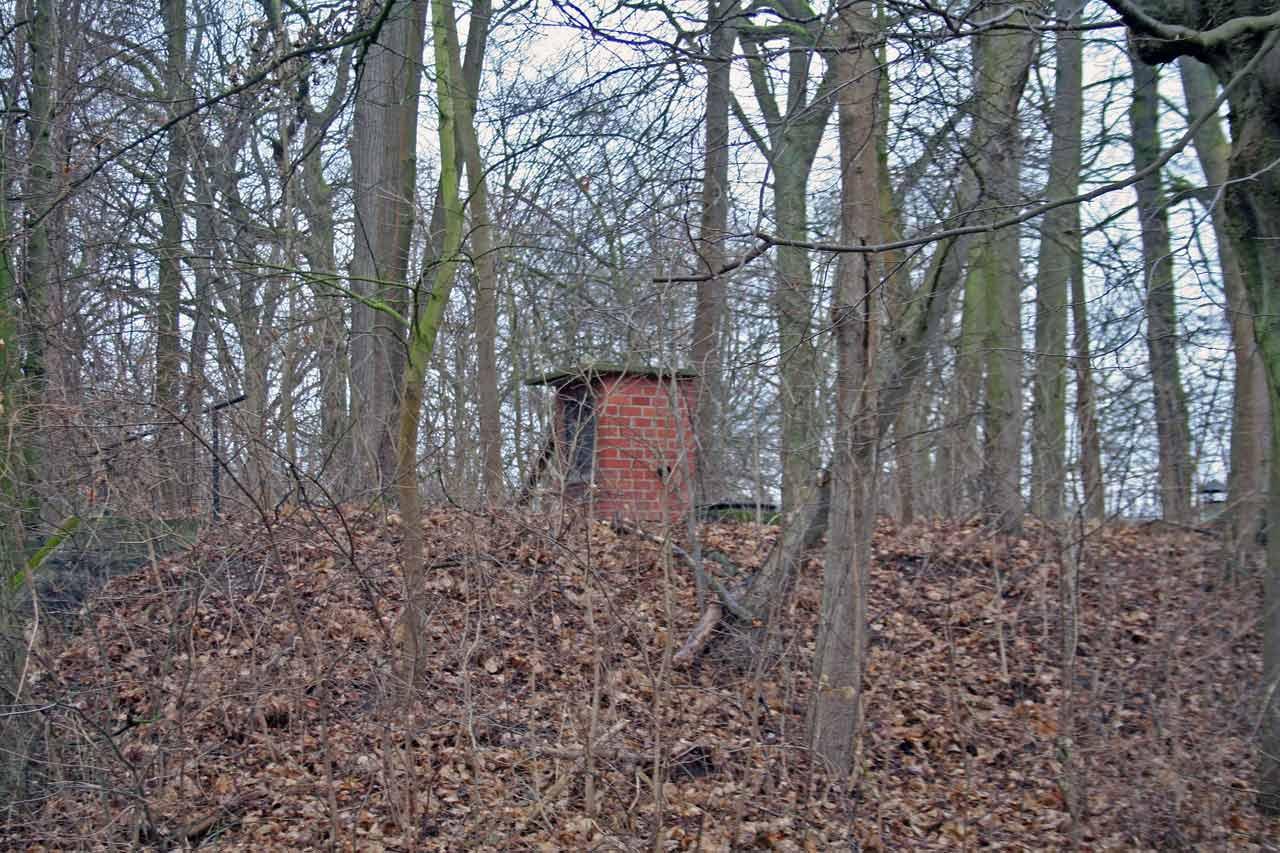 Halb erdversenkter Bunker